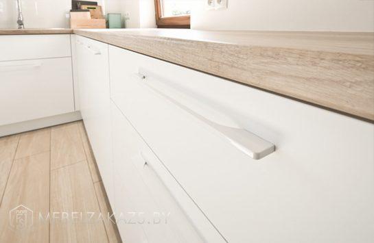 Скандинавская п образная кухня с матовыми фасадами из пластика