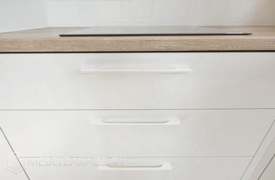 П-образная кухня матовыми пластиковыми фасадами в скандинавском стиле