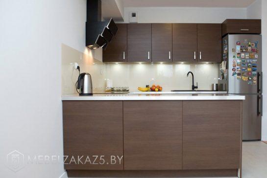 П-образная кухня модерн с пластиковыми фасадами венге