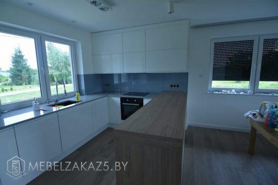 Кухня в скандинавском стиле с глянцевыми фасадами без ручек
