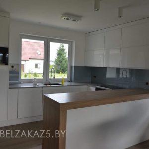 Скандинавская глянцевая п образная кухня