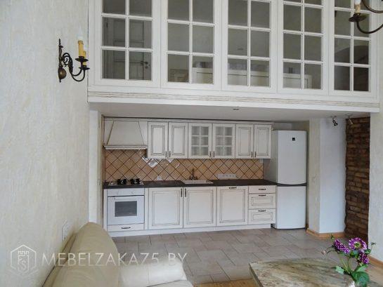 Линейная кухня в классическом стиле белого цвета с черной столешницей