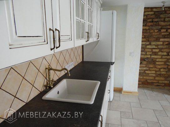 Классическая белая линейная кухня с черной столешницей
