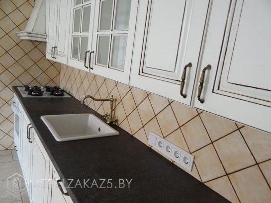 Классическая линейная кухня из крашенного мдф белого цвета