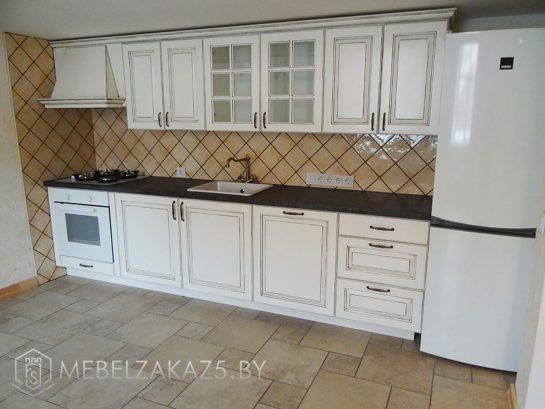 Белая классическая линейная кухня из крашенного мдф