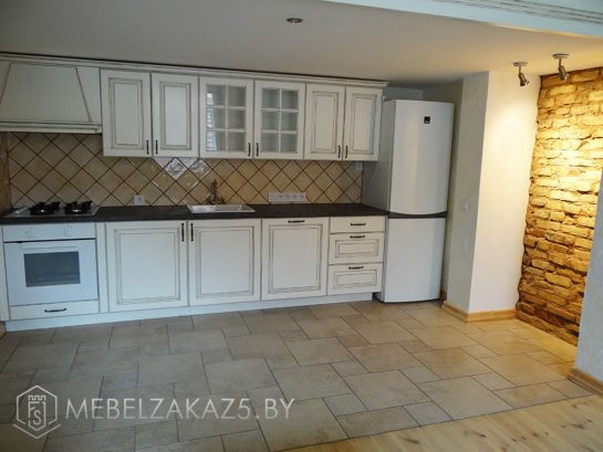 Линейная кухня белого цвета в классическом стиле