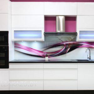 Прямая кухня в современном стиле со скинали