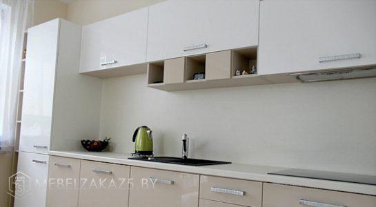 Бежево серая угловая кухня с глянцевыми фасадами