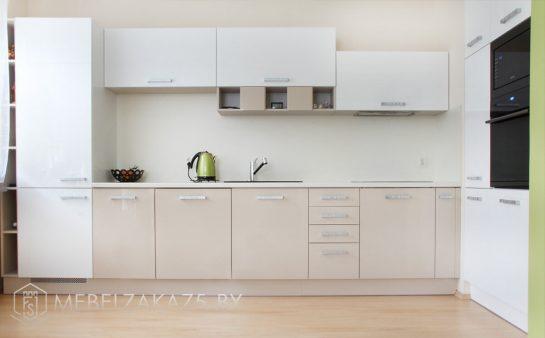 Глянцевая угловая кухня бежево-серого цвета