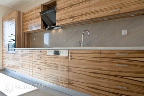 Прямая шпонированная кухня цвета дерева