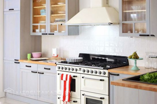 Угловая кухня из массива нежно голубого цвета