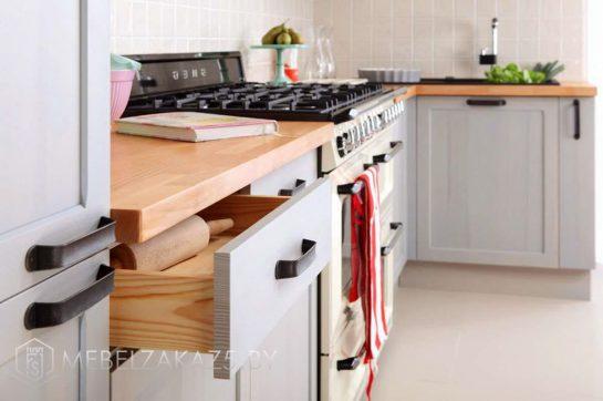 Классическая угловая кухня из дерева нежно голубого цвета