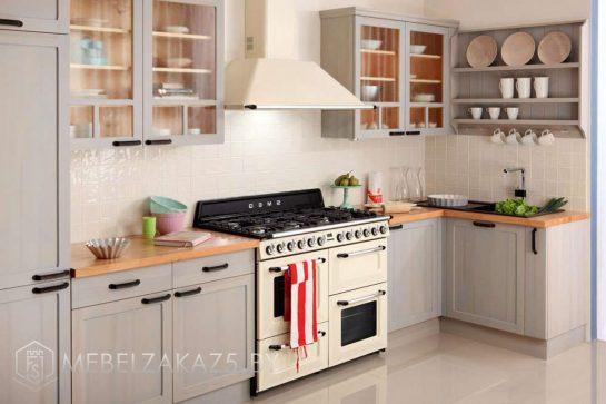 Угловая кухня из массива дерева нежно голубого цвета
