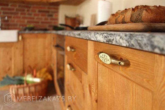 Угловая кухня из массива ольхи в классическом стиле