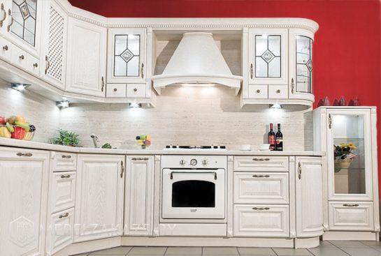 Белая классическая угловая кухня из дерева