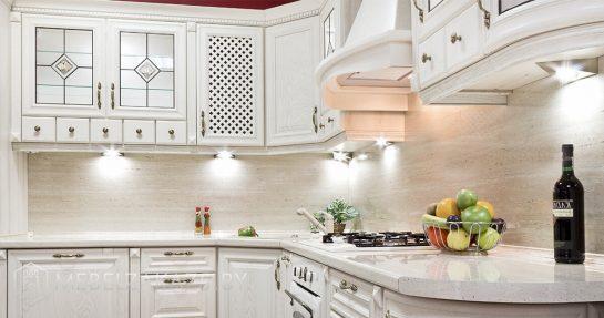 Классическая деревянная угловая кухня белого цвета