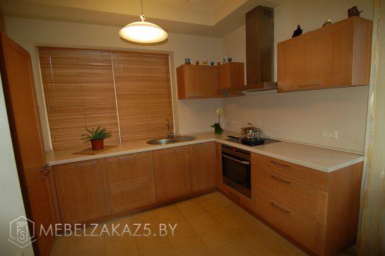 Современная угловая кухня из массива дерева