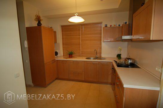 Угловая кухня из дерева в современном стиле