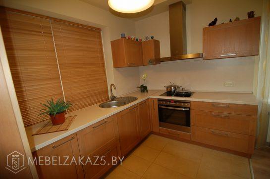 Деревянная угловая кухня в современном стиле