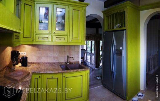 Зеленая угловая кухня из массива