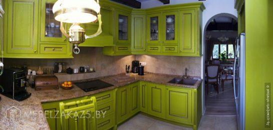 Классическая угловая кухня из дерева в зеленом цвете