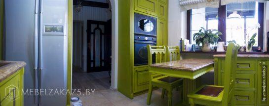 Классическая деревянная зеленая угловая кухня
