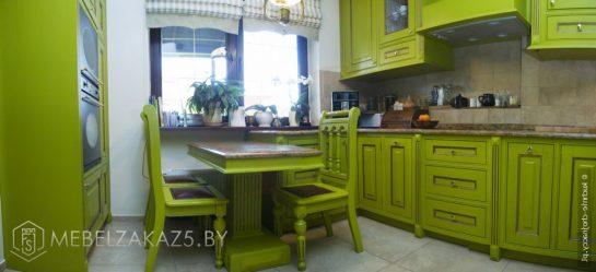 Классическая угловая кухня из массива зеленого цвета