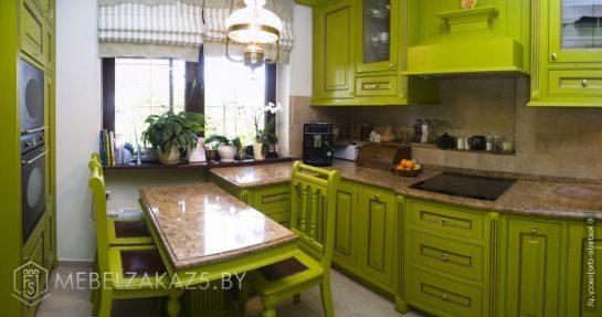 Зеленая угловая кухня из дерева