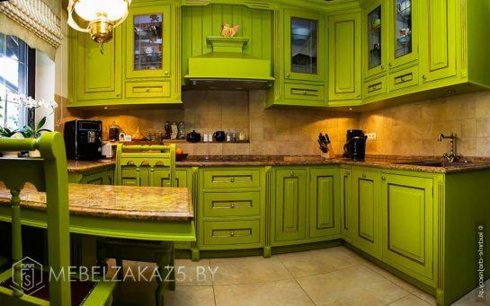 Зеленая угловая кухня из массива дерева