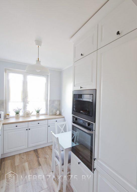 Угловая кухня в скандинавском стиле со встраиваемой техникой