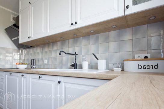 Угловая кухня в скандинавском стиле с матовыми фасадами