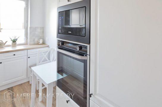 Скандинавская угловая кухня со встроенной техникой