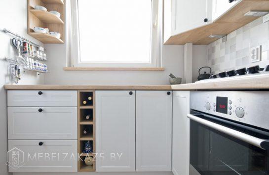 Белая матовая угловая кухня в скандинавском стиле