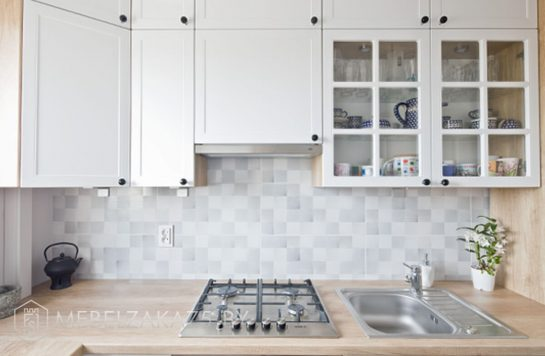 Белая угловая кухня в скандинавском стиле