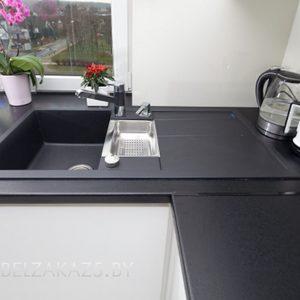 Угловая кухня минимализм с черной столешницей