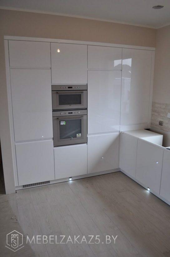 Современная угловая кухня из крашенного мдф со встроенной техникой