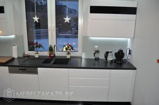 Угловая кухня в стиле минимализм с черной столешницей