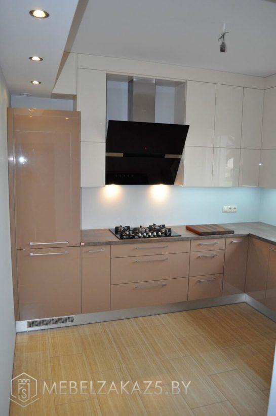 Угловая кухня коричневого цвета глянцевая