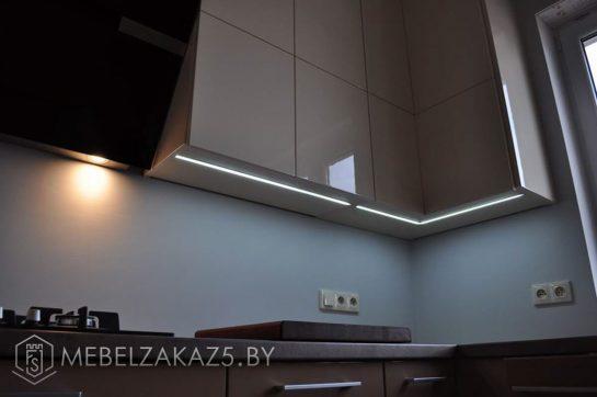 Угловая кухня коричневого цвета современная