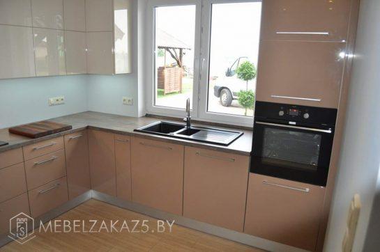 Угловая кухня коричневого цвета с глянцевыми фасадами