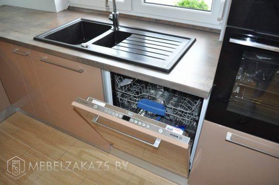 Угловая кухня коричневого цвета со встроенной техникой