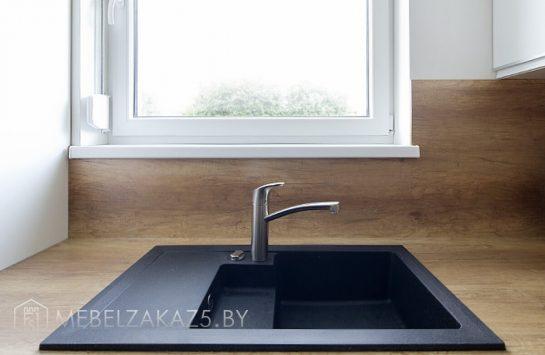 Угловая кухня в скандинавском стиле со встроенной техникой