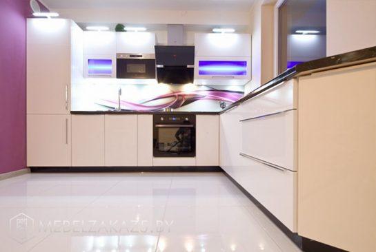 Угловая кухня с глянцевыми фасадами из крашенного мдф