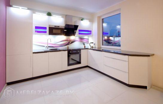 Глянцевая угловая кухня из крашенного мдф