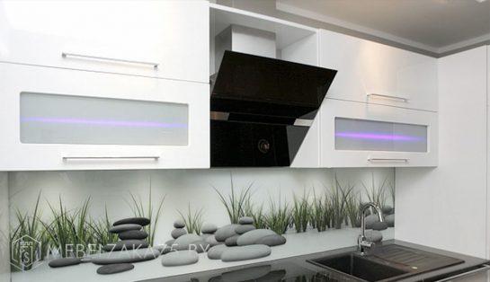 Угловая кухня со встроенной кухней и подсветкой