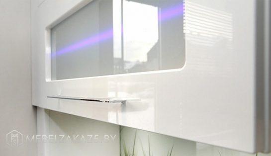 Угловая кухня в современном стиле с подсветкой