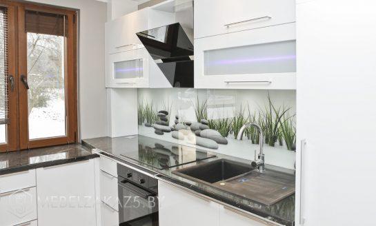 Современная угловая кухня белого цвета со встроенной техникой