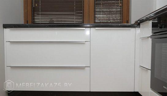 Угловая кухня белого цвета в современном стиле