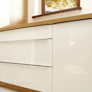 Угловая кухня в стиле минимализм с бежевыми глянцевыми фасадами