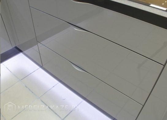 Черно серая угловая кухня минимализм с подсветкой